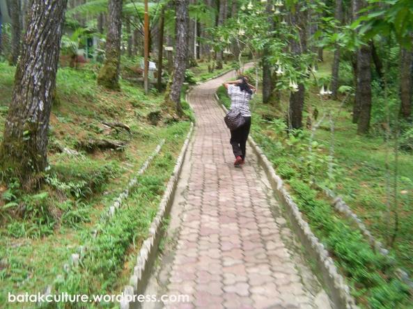 Jalanan Mendaki menuju Salib Kasih. Tetap semangat!!!
